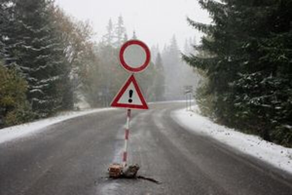 Uzavretá cesta z Podbánskeho na Štrbské Pleso.