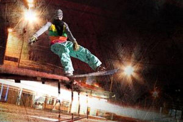Snowboardisti predvedú špeciálne triky na umelom snehu.