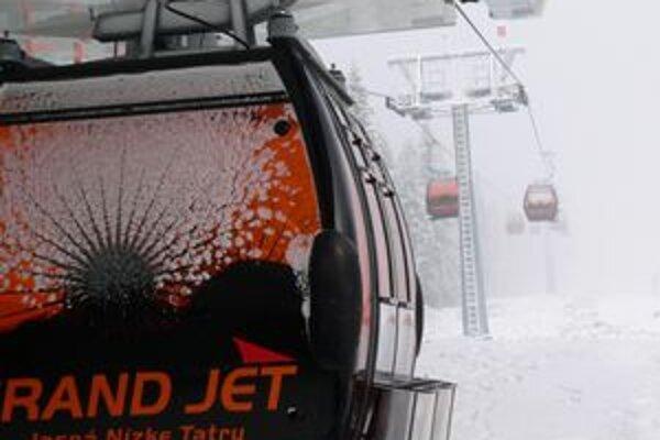 V Jasnej už zasnežujú a nová unikátna lanovka s oranžovými sklami je pripravená prepraviť prvých lyžiarov.