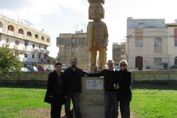 Na Malte je aj kúsok Liptova, takmer trojmetrová socha Pacha. V decembri ju tam odhalil starosta Hýb Martin Piovarči (vpravo s manželkou Evou). Vľavo autor sochy Ján Gulaši a Dana Krajčovičová.