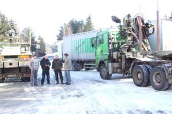 Nespokojní autodopravcovia a šoféri na benzínovej stanici v Liptovskom Hrádku stoja tak, aby neblokovali prevádzku.