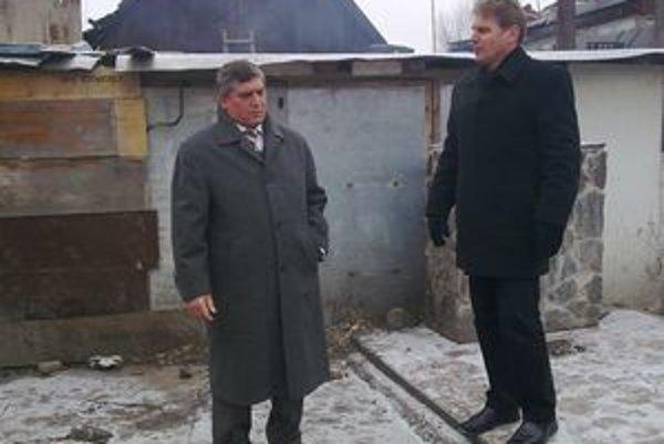 Ľudovít Galbavý (vľavo) so starostom Milanom Kohútom pri spornom vodovode.