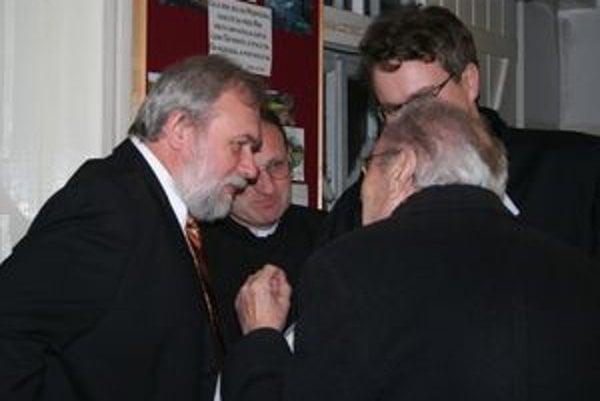 Zľava baptistický kazateľ Dušan Uhrin, katolícky dekan Vladimír Saniga a evanjelický farár Marián Bochnička v rozhovore s evanjelickým farárom Pavlom Plachtinským.