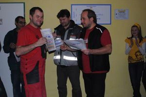 Vysvedčenia stavbárom odovzdal riaditeľ Základnej školy v Liskovej Peter Kulich (vpravo).