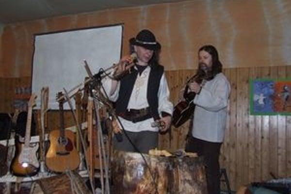 ŽiariSlav (vľavo), pesničkár z lesnej samoty,  priniesol na koncert do hrádockej čajovne  vyše desiatky vlastnoručne vyrobených hudobných nástrojov. Vpravo liptovský pesničkár Janko Majerčík.