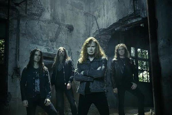Kapelu založil bývalý gitarista Metallicy Dave Mustaine.