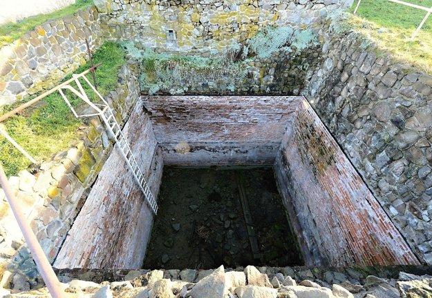 Cisterna na Pustom hrade je najväčšou stredovekou zásobárňou vody na území Slovenska.