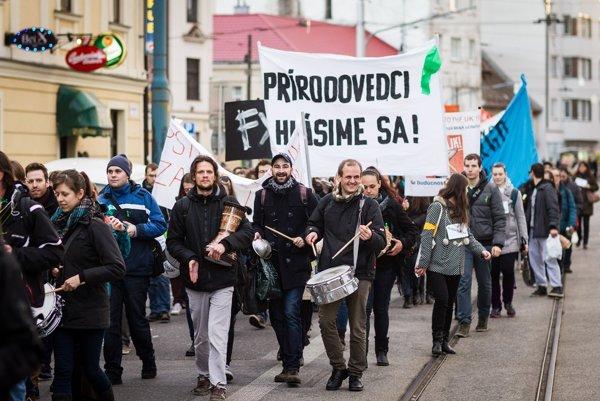 Protest pedagógov proti vláde Smeru. Kedysi protestovali aj proti ministrom za SNS.