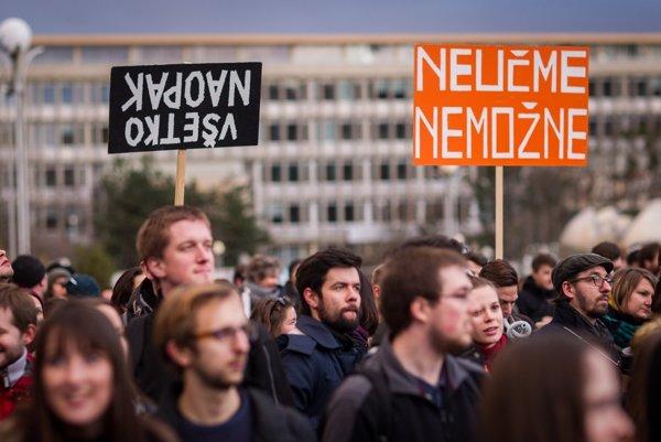 Demonštrácia učiteľov a študentov v Bratislave.