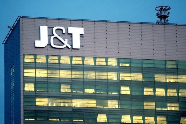 Logo investičnej skupiny J&T na bratislavskej administratívnej budove Tower 115.