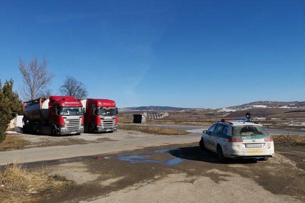 Cisterny pred levočskou firmou stráži polícia.