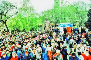 Námestie počas novembrových demonštrácií v Bratislave v roku 1989.
