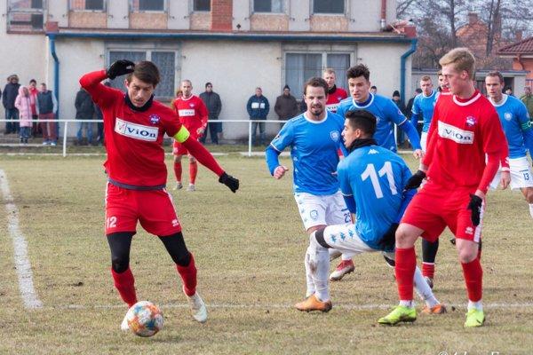 Vionisti sa rozlúčili s prípravným obdobím prvou prehrou. V červených dresoch Martin Chren a Vladislav Chomutov.