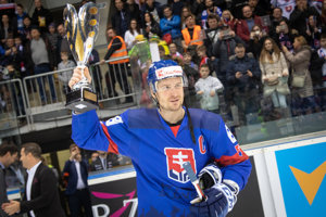 Kapitán Michal Sersen s trofejou pre víťazný tím.