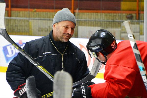 Tréner Ľubomír Hurtaj počas tréningu HC Topoľčany.