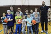 Topoľčianske basketbalové nádeje strénerom Petrom Ilkom.