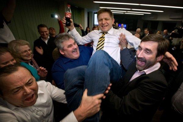 Volebná noc v centrále Smeru a slávna oslava s kokakolou, o ktorej Robert Fico hovorí, že nebola narážkou na to, že mu voliči odpustili účasť v kauze Gorila.