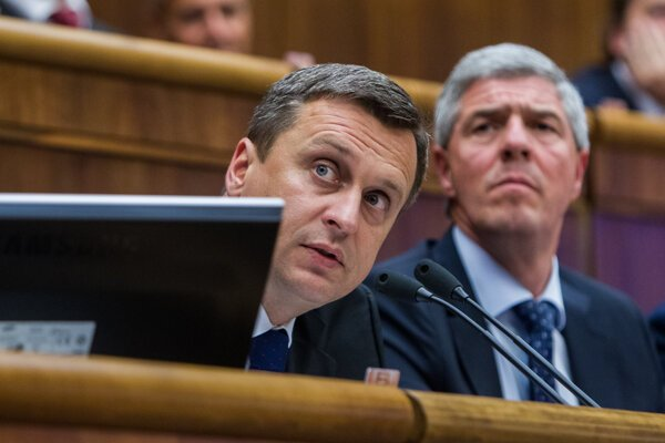 Predseda strany SNS Andrej Danko a predseda strany Most-Híd Béla Bugár.
