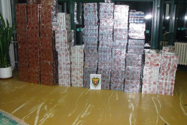 Takmer pol milióna kusov cigariet našli colníci na hraničnom priechode v Čiernej nad Tisou.