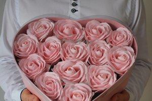 Dekoratívne mydlové kvety v boxe. Ruže majú príjemnú kvetinovo-púdrovú vôňu, nikdy nezvädnú a zostanú krásne a farebné.