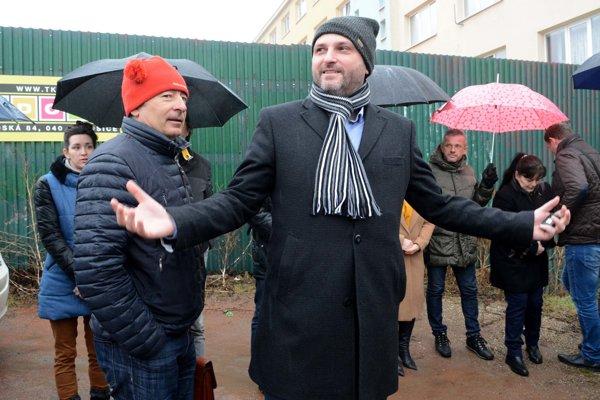 Účastníkmi diskusie boli primátor Polaček (napravo) i generálny sekretár Moška (naľavo).