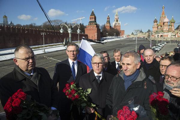 Európski diplomati navštívili neformálny pamätník na moste v centre Moskvy.