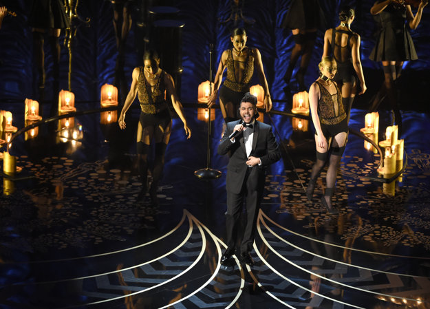 Kým Weeknd vystupoval, nad hlavou sa mu vznášal akrobat a okolo neho krúžilo osem tanečníc.