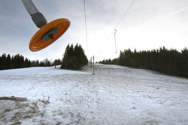 Svahy na hornej Nitre majú zväčša málo snehu.