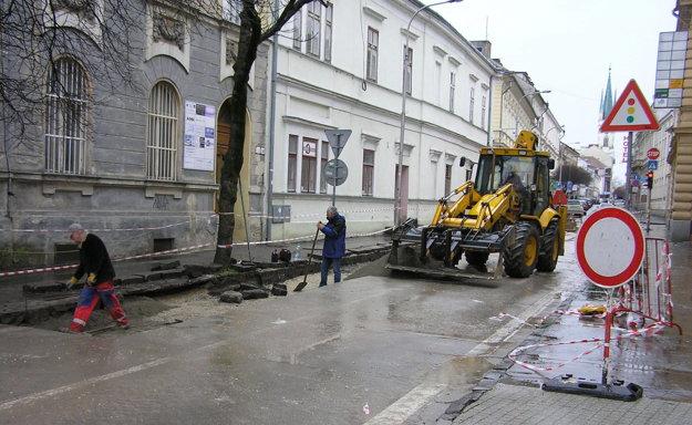 Práce na Farskej dnes po víkendovej prestávke pokračovali.