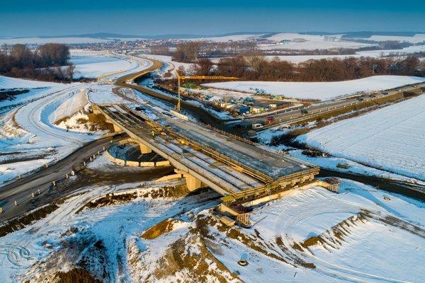 Výstavba diaľničného úseku napreduje aj počas zimných mesiacov.