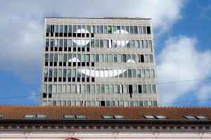 Schátraná budova sa od pondelka usmieva.