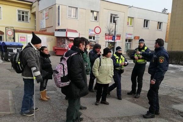 Mestská polícia pri kontrole.