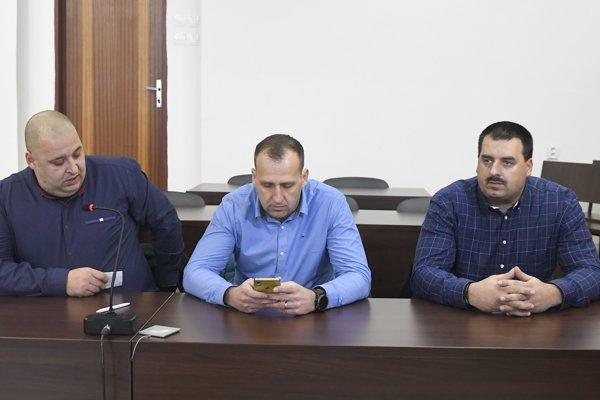 Bratia Paškovci v stredu na súde. Zľava Maroš, Martin a Branislav.