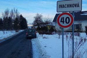 Obec Ivachnová trpí nedostavanou diaľnicou. Kolóny pri Ružomberku si vodiči skracujú práve po miestnych cestách.