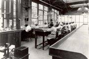 Rádiové továrne zamestnávali na maľovanie svietiacich ciferníkov najmä mladé ženy. Mnohé z nich boli tínedžerky.