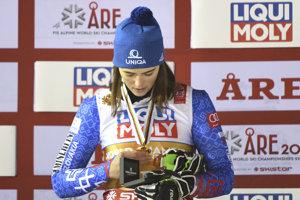 Petra Vlhová si obzerá zlatú medailu.