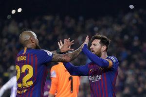 Lionel Messi (vpravo) sa teší s Arturom Vidalom.
