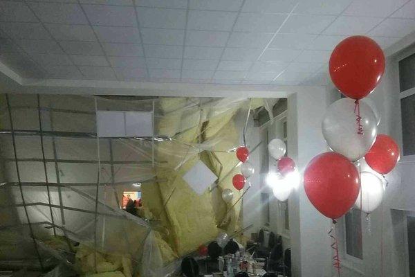 Spadnutý strop v plesovej sále.