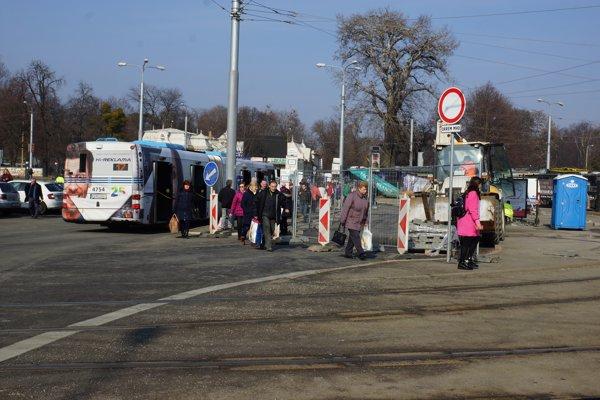 Jedno z nástupíšť autobusov bolo v prevádzke ešte počas prvého dňa rekonštrukcie.