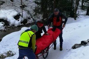 Pacientku odovzdali záchranári posádke rýchlej zdravotnej pomoci.