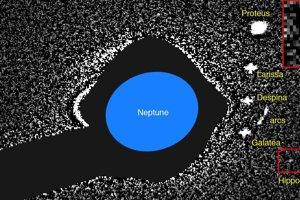 Jeden z prvých záberov mesiaca Hippocamp, ktorý urobil Hubblov vesmírny ďalekohľad v roku 2004. Hippocamp je zvýraznený  a zväčšený v červených štvorcoch.