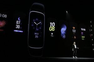Riaditeľka marketingu Elina Vives hovorí o nových hodinkách Samsung Galaxy Active a Fit.