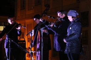 Speváčka Simona Vicianová so sláčikovým triom z ľudovej hudby primáša Martina Liptáka.