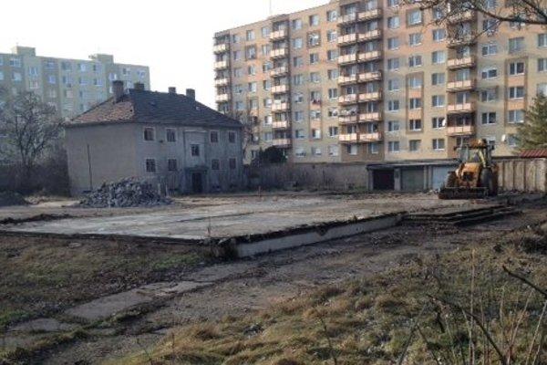 Búracie práce v areáli bývalej strednej školy.
