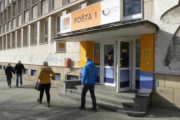 Do hlavnej pošty v Prievidzi vedie niekoľko schodov.