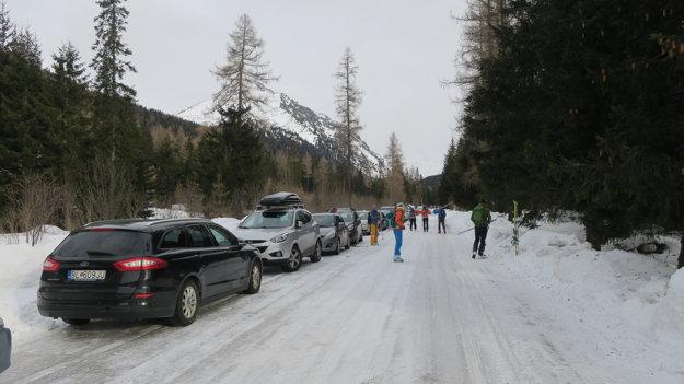 Jedna cesta a desiatky parkujúcich áut.