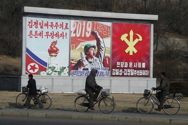 Severokórejčania denne prechádzajú okolo propagandistických bilbordov.