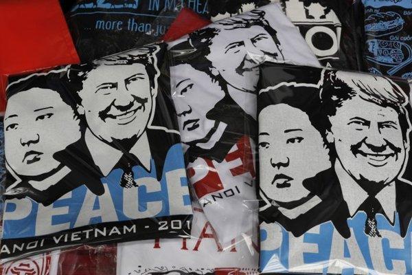 Suverníry v uliciach hanoja v súvislosti so summitom Donalda Trumpa s Kim Čong-unom.
