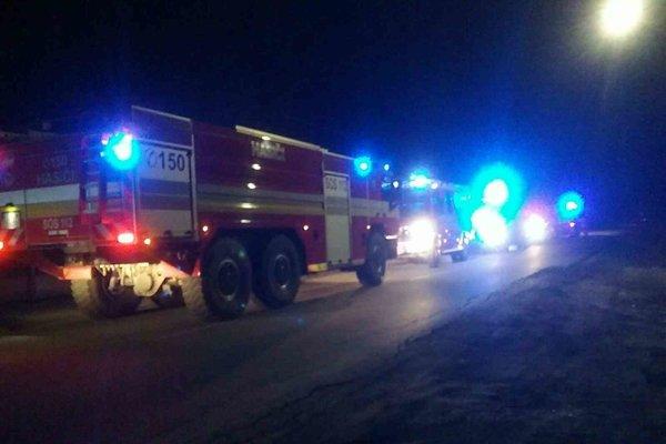 Pri požiari zasahovali niekoľko hasičských áut.