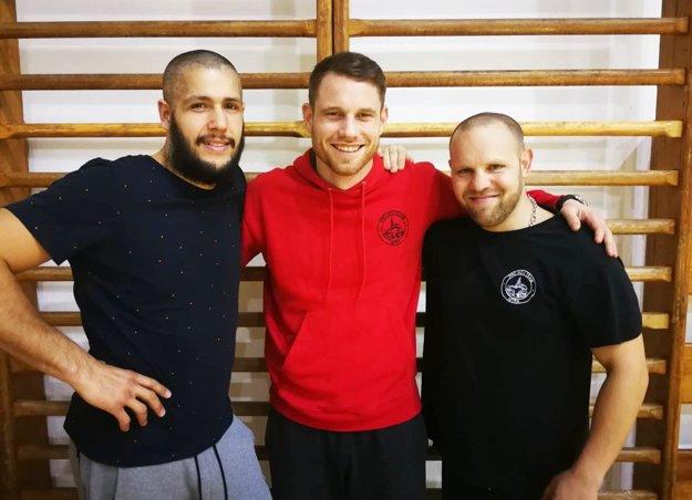 Vratislav Gajdoš medzi dvojicou trénerov – Sandro Dirnfeld (vľavo) aTomáš Lenčéš.